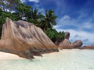 обои Интересные камни на берегу фото