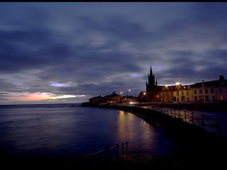 обои Ночная набережная европейского городка фото