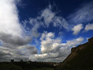 обои Облака над холмистой долиной фото