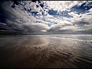 обои Облака отражаются в воде фото