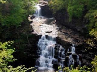 обои Водопад струится по каменным порогам фото