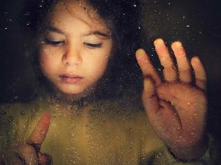 обои девочка у мокрого стекла фото