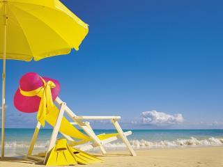обои У моря под желтым зонтом фото