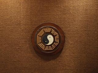 обои Инь и янь на деревянной картинке фото