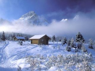 обои Избушки и горы в зимнем тумане фото
