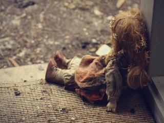 обои Грязная кукла на земле фото
