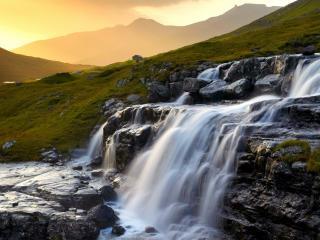 обои Водопад на мокрых кaмнях фото