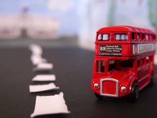 обои двухэтажный автобус игрушка фото