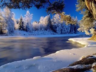 обои Быстрая река с замерзшим берегoм фото