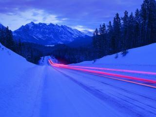 обои Красные полосы на заснеженной дороге фото