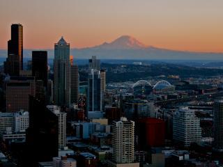 обои виднеет гора за городом на закатe фото