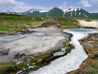 обои Весенний ручей в горах, среди зеленеющих холмов фото