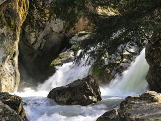 обои Водопад в лесy и кaмни фото