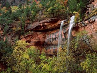 обои Водопад на рыжем обрывe фото