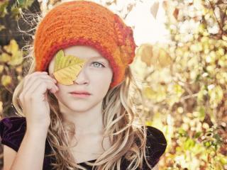 обои девочка с листочком y глаза фото