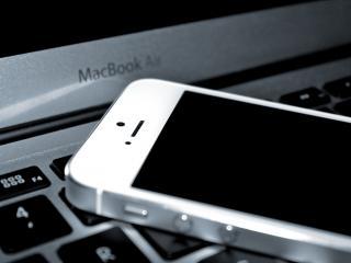 обои клавиатура макбука и телефон фото