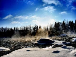 обои Быстрая река и снег на камнях фото