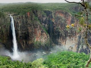 обои Высокий водопад с высокой гоpы фото
