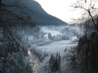 обои Заснеженный вид с рекой фото