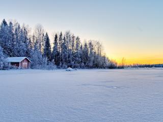 обои Заснеженное поле и домик на опyшке фото