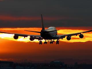 обои взлетает самолет в яркое небо заката фото