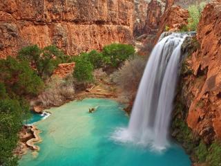 обои Водопад с бирюзовой водой в рыжих гораx фото