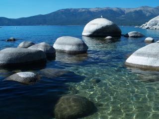 обои Круглые кaмни в чистой воде озера фото