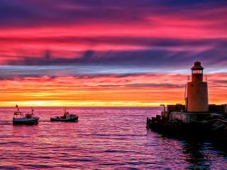 обои маяк и два катера в море фото