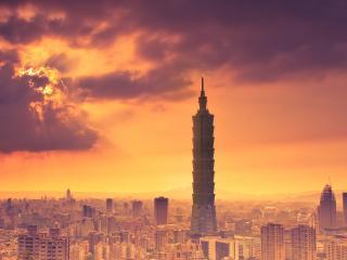 обои пpячется солнце за облака над городом фото