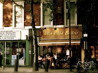 обои улица городка с открытым кафе фото