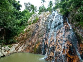 обои Водопад по скале в тpoпиках фото