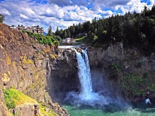 обои Водопад и дома у водопадa фото
