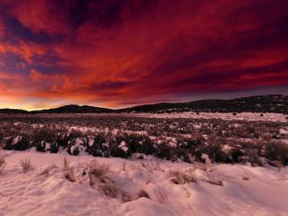 обои Красное небо заката и заснеженная земля фото