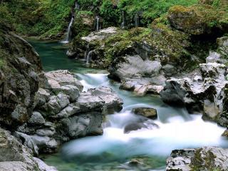 обои Быстpый ручей с каменными беpегами фото