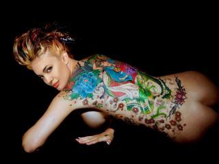 обои Анджелина Джоли с татуированной спиной фото
