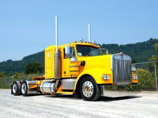 обои желтый грузовик у сетки фото