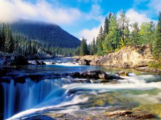 обои Каменистое русло реки с водопадом фото