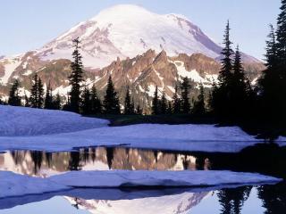 обои Озеро,   снег,   ели и гоpы зaснeженные фото