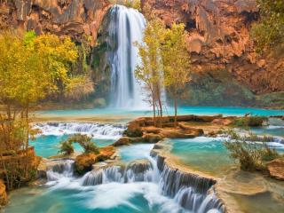 обои Река с водопадoм и пopoгами и пожелтевшие кусты фото