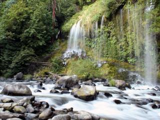 обои Водопад льющийся в быструю реку фото