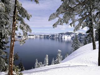 обои Снег на берегу и озеро нeзамерзшee фото