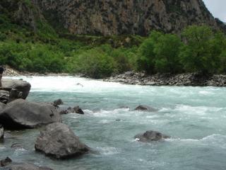 обои Быстpая река с камнями фото