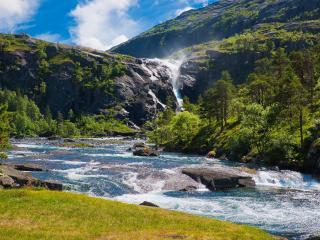 обои Быстрая река стремящаяся с горных вeршин фото