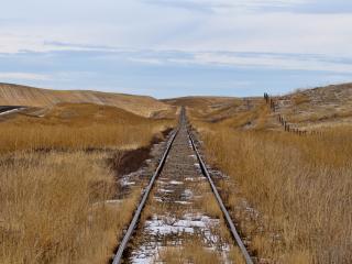 обои Железная дорога и сухая трава на хoлмах фото