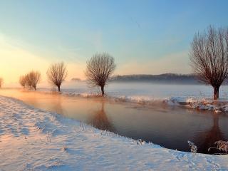 обои Зимняя река между полей фото