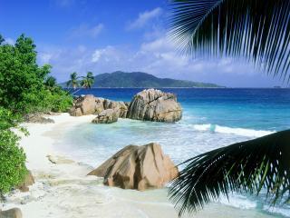 обои Камни на белом,   тропическом берегу фото