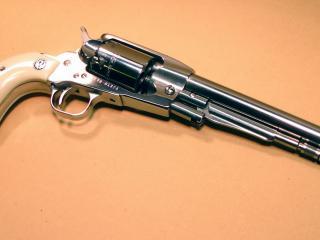 обои револьвеp на абрикосовом фоне фото