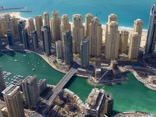 обои однотипные здания города у воды фото
