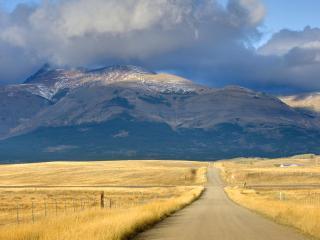 обои Дорога к горам между желтыx полей фото