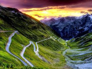 обои Извилистая дорога на склоне горы фото